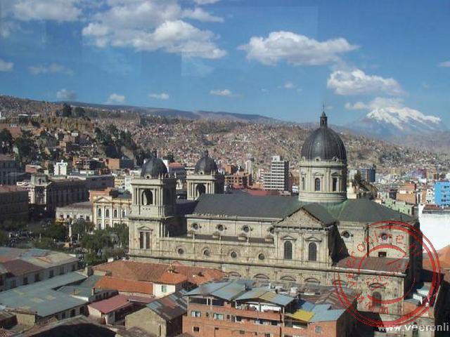 De Kathedraal van La Paz met op de achtergrond de Illimani vulkaan (6.438 m.)