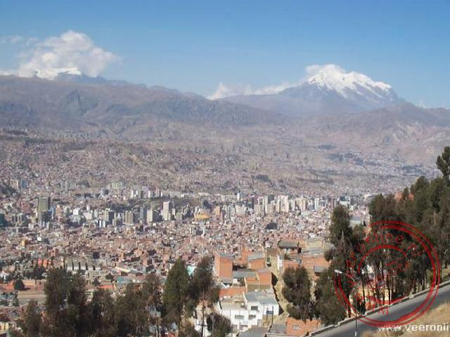 Een overzicht van La Paz vanaf El Alto met een practhig uitzicht op de Illimani