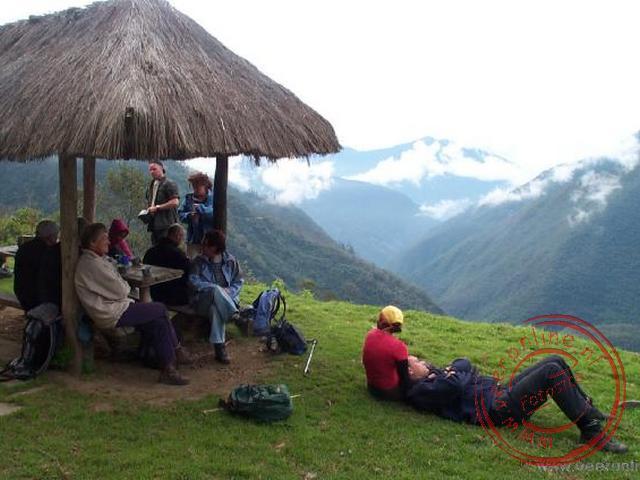 De lunchplek met een mooi uitzicht over het dal