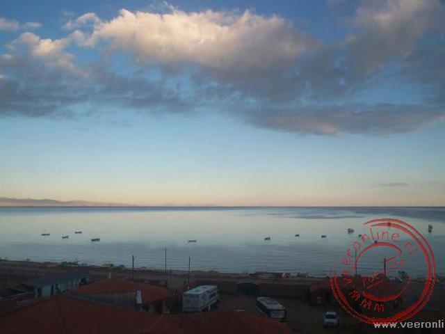 Uitzicht vanuit de hotelkamer over het Titicacameer, het hoogst bevaarbare meer ter wereld.