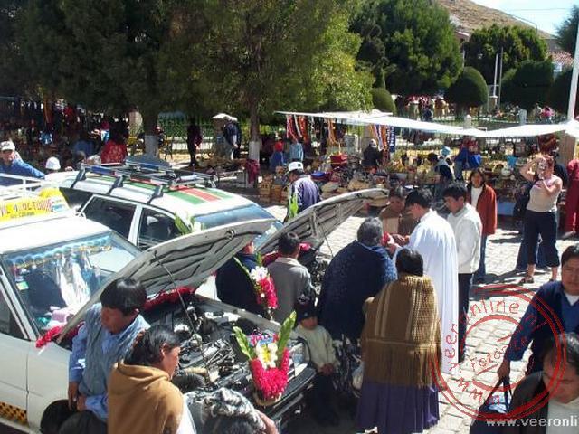 Voor de Kathedraal van Copacabana worden eenmaal per week de autos ingewijd