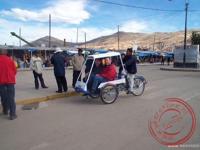 In Puno zijn we met de fietstaxi naar de haven gereden. Gelukkig voor de fietsdriver was deze weg voornamelijk naar beneden.
