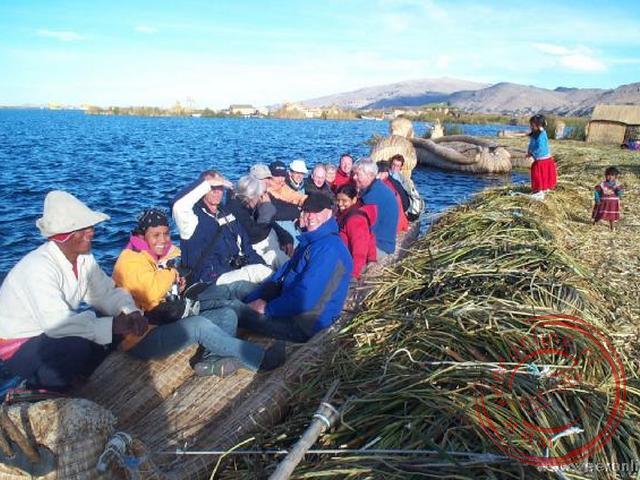 Met zijn allen in de boot op de Uroseilanden (de drijvende rieteilanden)