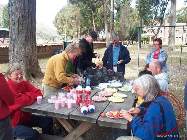 De lunch aan de picknicktafel bij de kerk in een plaatsje onderweg