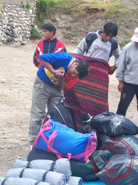 Onze dragers mochten maximaal 15 kilogram per persoon dragen bij de controle bij de start van de Inka-trail. Alle bagage werd daarom goed gewogen