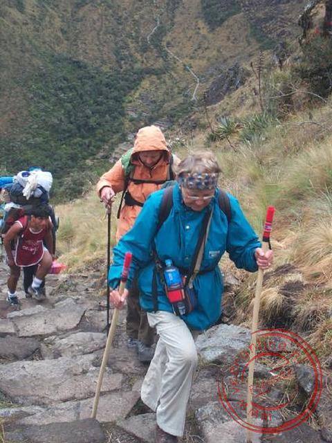 Rita en Corrie zijn op weg naar de tweede pas via de Inka-trappen
