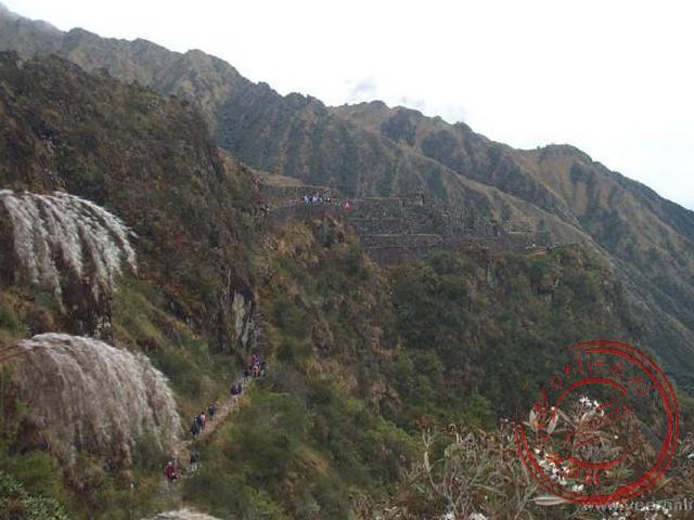 De route van de trail klimmend langs de bergwand.