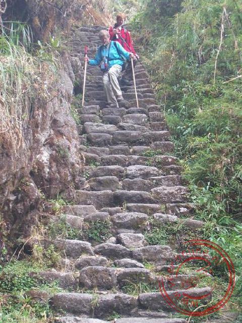 De afdeling naar Winaywayna via soms steile en ongelijke trappen