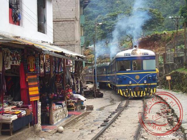 Met de trein vertrokken we weer vanuit Aguas Calientes naar Cusco. De trein rijdt letterlijk door de hoofdstraat van het dorpje