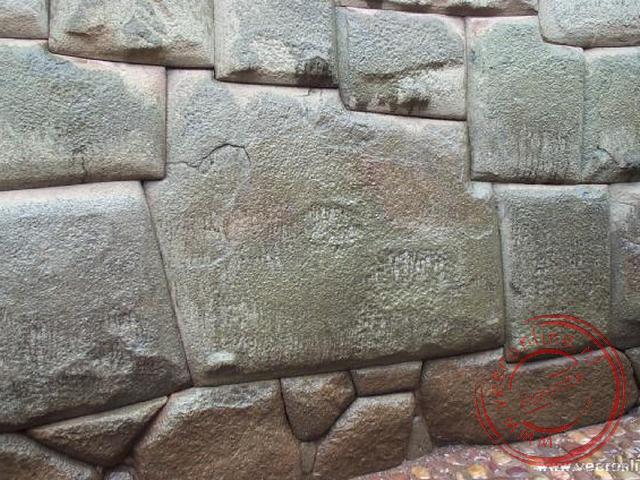 In de Calle Rumiyoc bevindt zich de twaalfhoekige steen. Deze steen toont de kunst van de Inkas aan om de stenen zo te bewerken dat de muur één gehee