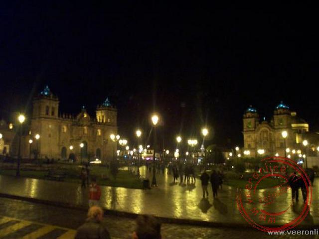 De Plaza de Armas met de twee indrukwekkende kerken op de achtergrond