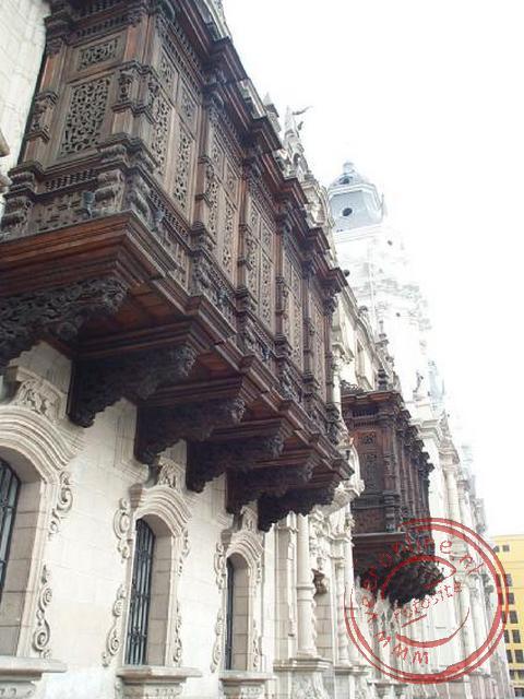 Veel huizen zijn in Lima voorzien van prachtige uitbouwen op de eerste verdieping. Zo ook dit balkon op de Plaza de Armas