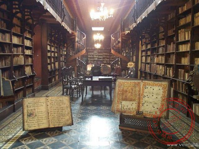 De bibliotheek in het kooster San Francisco. In de kerk behorend bij het klooster zijn ook de catacomben, waar naar schatting 25.000 mensen begraven w