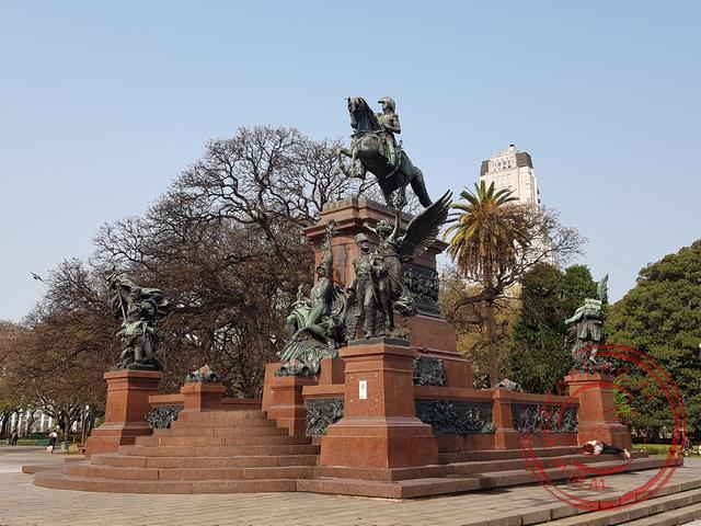 Het standbeeld ter ere van de oprichter van Argentinië, Peru en Chili