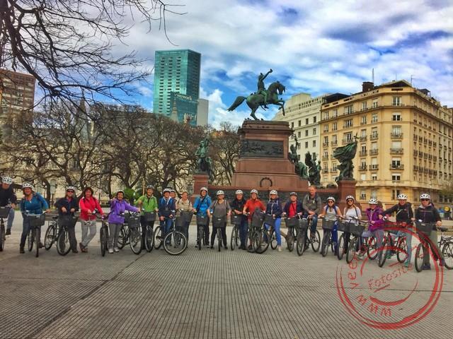 De hele groep is gereed voor de fietstocht door Buenos Aires