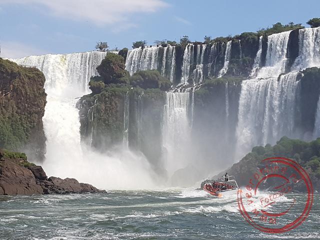 Met de boot tot onder de waterstraal van de Iguazú Falls
