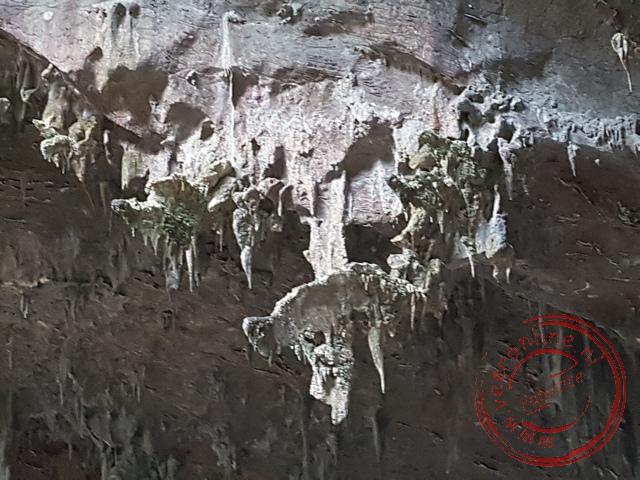 De stalactieten groeien niet alleen naar beneden, maar ook horizontaal