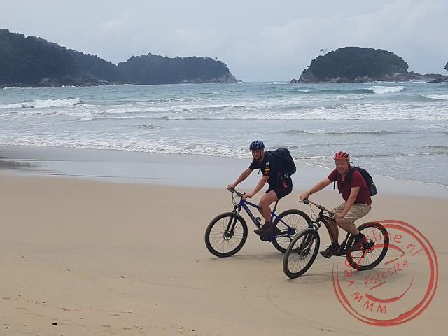 Met de mountainbike op het strand van Dois Rios
