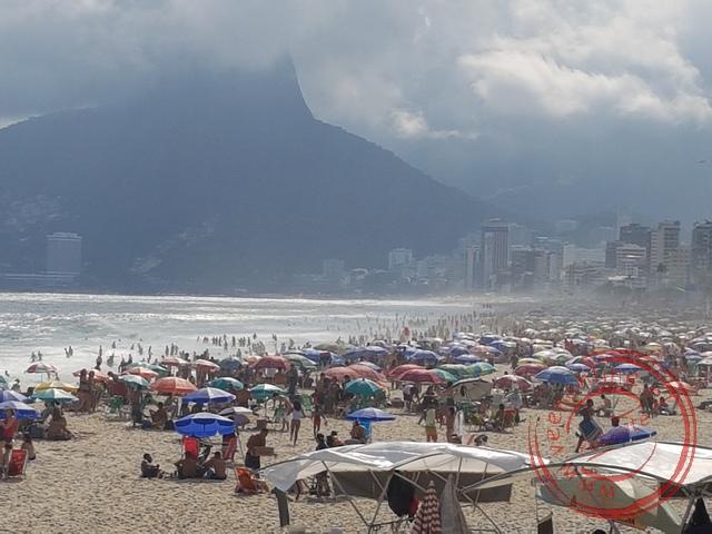 Veel Brazilianen trekken naar het strand van Ipanema