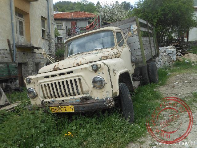 Een oude vrachtwagen in de straten van Trigrad