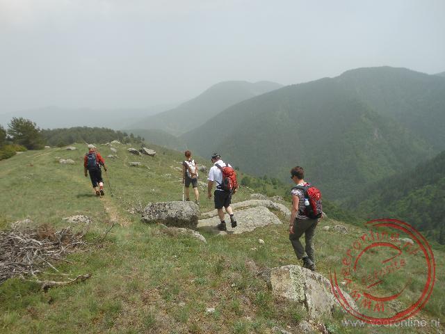 De route loopt over een bergkam met links en rechts diepe dalen