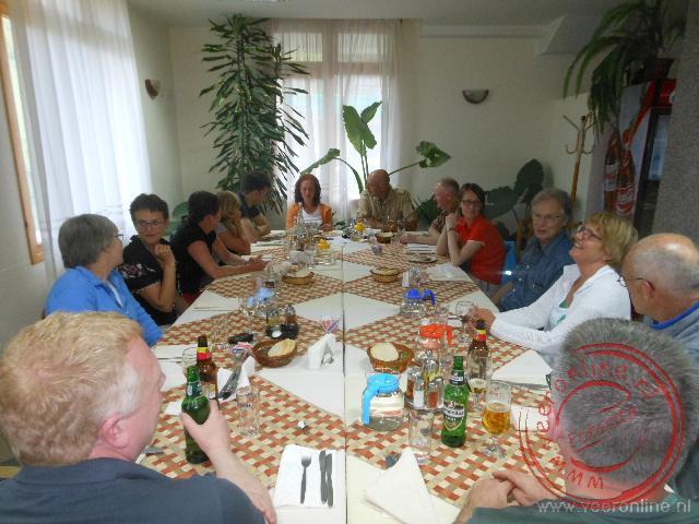 De gezamenlijke maaltijd in het hotel Yagodina