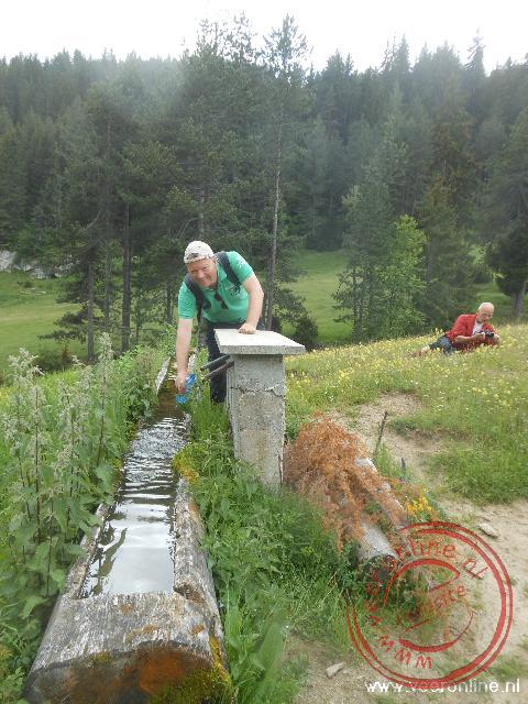 De waterfles bijvullen met bergwater