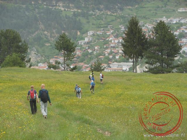 Het plaatsje Gyovren ligt tegen de berghelling aan
