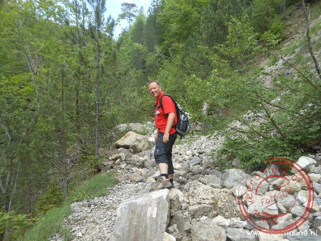 Soms is het flink klimmen over de rotsblokken