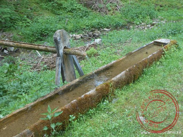 Fris bergwater om de waterflessen weer bij te vullen
