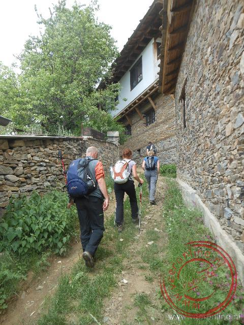 We lopen het dorpje Kovachevitsa binnen