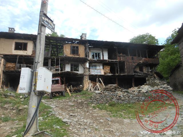 Veel huizen in Kovachevitsa zijn onbewoond en vervallen