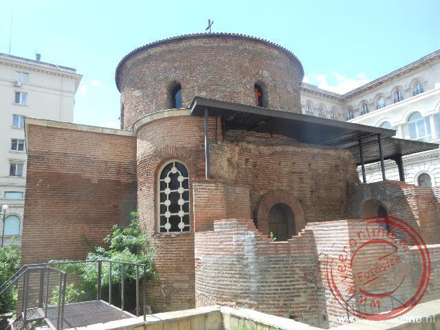 De kleine Sveti Georgirotonde kerk staat verscholen op een binnenplaats