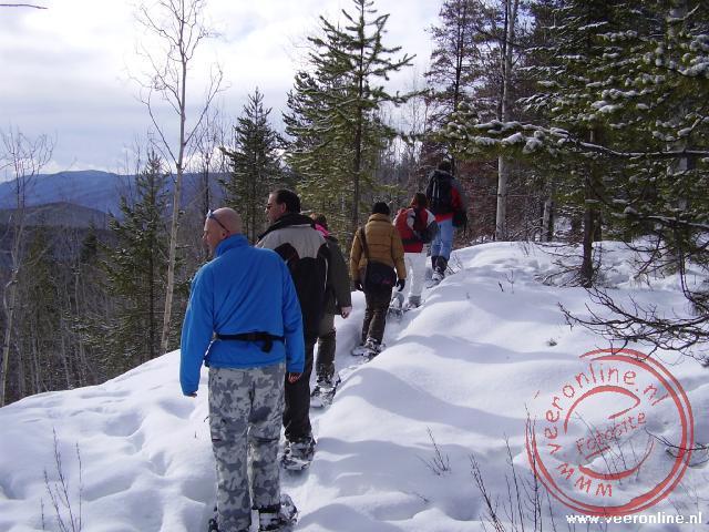 De wandeling op de snowshoes