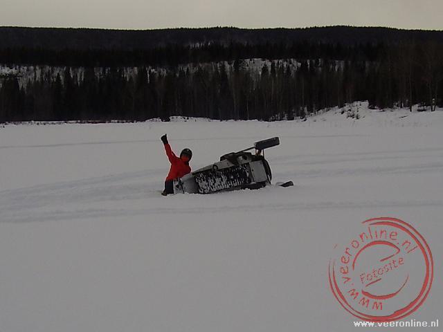 Coby kantelde met haar snowscooter
