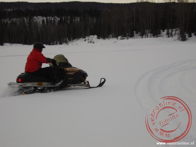 Ronald vol gas op de snowscooter