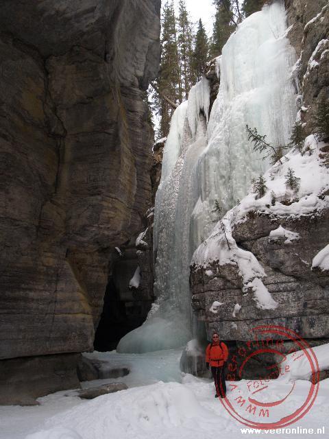 De kolosale bevroren waterval
