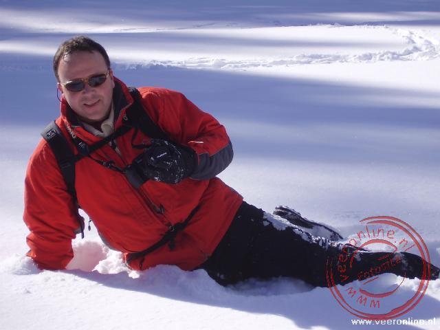 In de diepe sneeuw is het lastig overeind te komen zonder de camera de sneeuw te laten raken