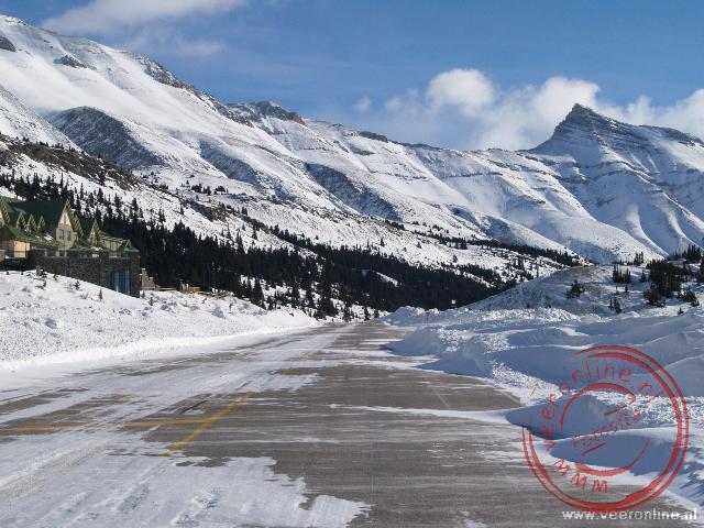 Sneeuw over de weg tijdens de rit over de Icefield Parkway