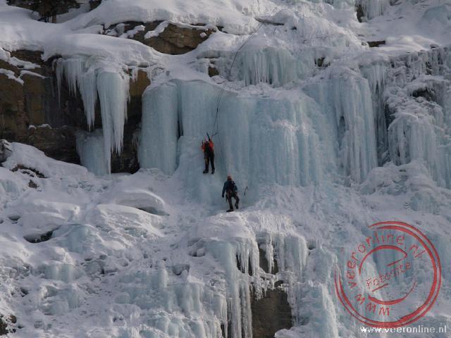 Twee ijsklimmers op grote hoogte
