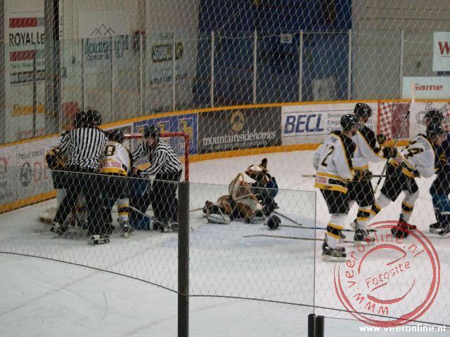 Tijdens de ijshockeywedstrijd breekt een vechtpartij uit