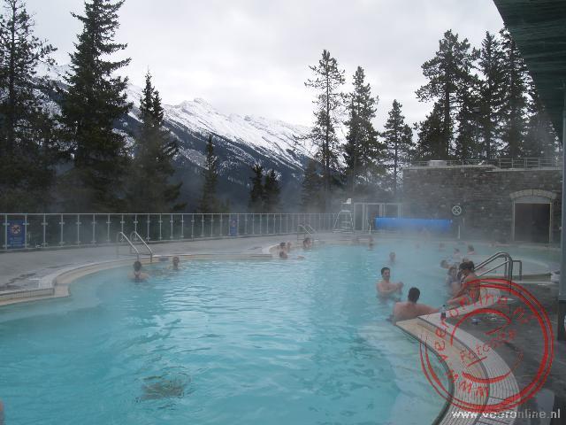 De hotspring met water uit de bergen