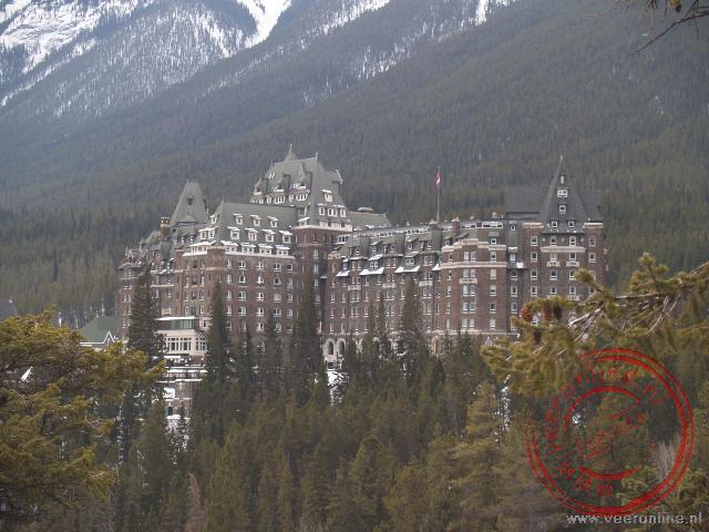 Het Fairmont Banff Springs Hotel ligt schilderachtig tegen de berg aan