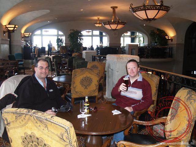 Een biertje drinken in het Fairmont Banff Springs Hotel