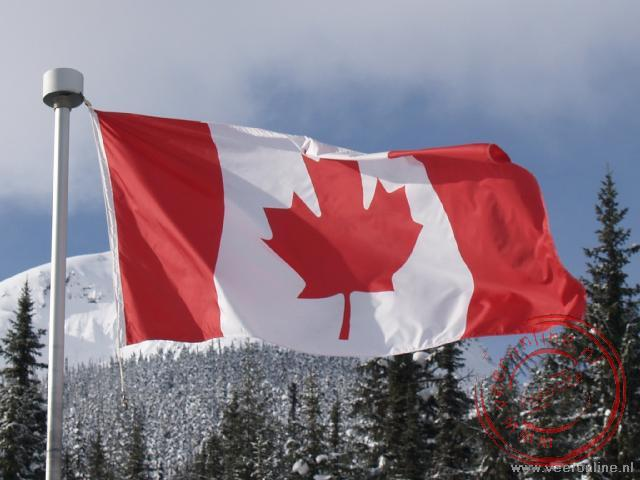 Canadian Rocky Mountains - De Canadeese vlag wappert in de wind