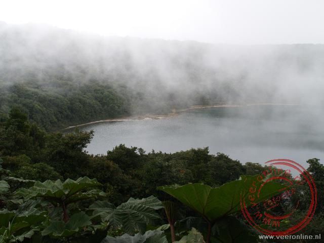 Het water van het tweede kratermeer bij de Poás vulkaan is niet verwarmd