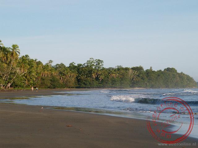 Het zwarte strand bij zonsopgang in Cahuita