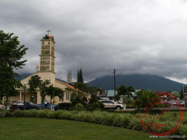 Het dorpje La Fortuna met op de achtergrond de Arenal Vulkaan in de mist