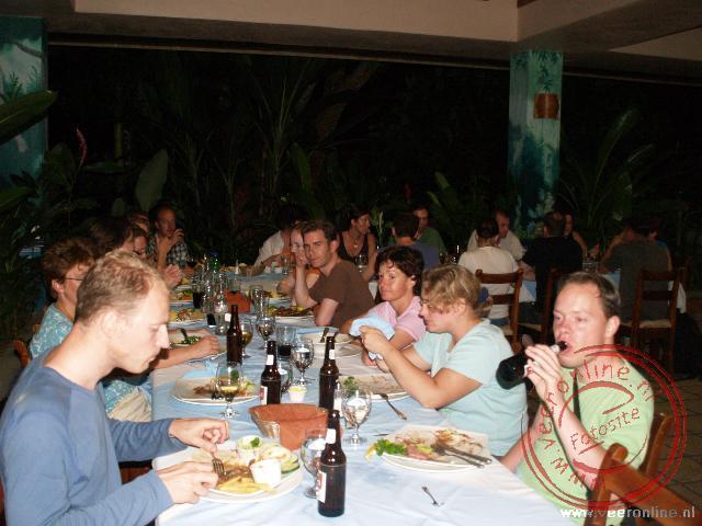 De reisgroep in het restaurant in La Fortuna