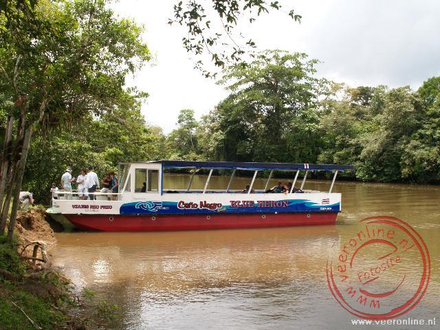 De boot waarmee we over de rivier Rio Frio varen